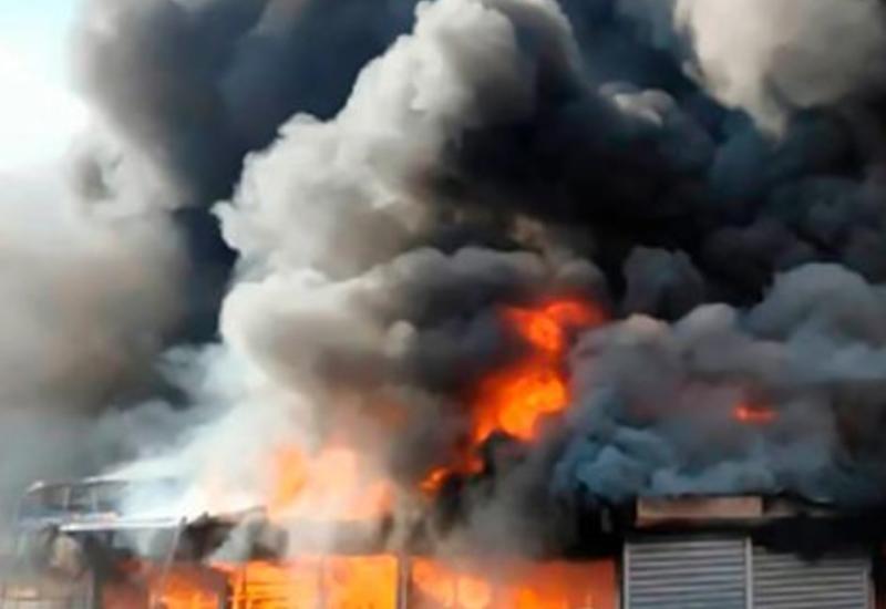 """Около ТЦ """"Лотос"""" в Баку произошел пожар"""