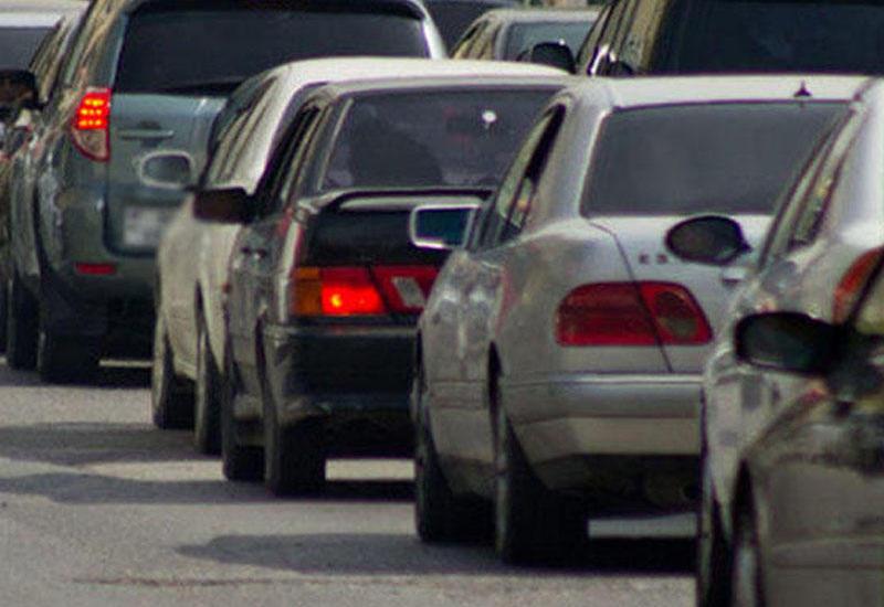 В результате аварии на крупном проспекте в Баку образовалась пробка