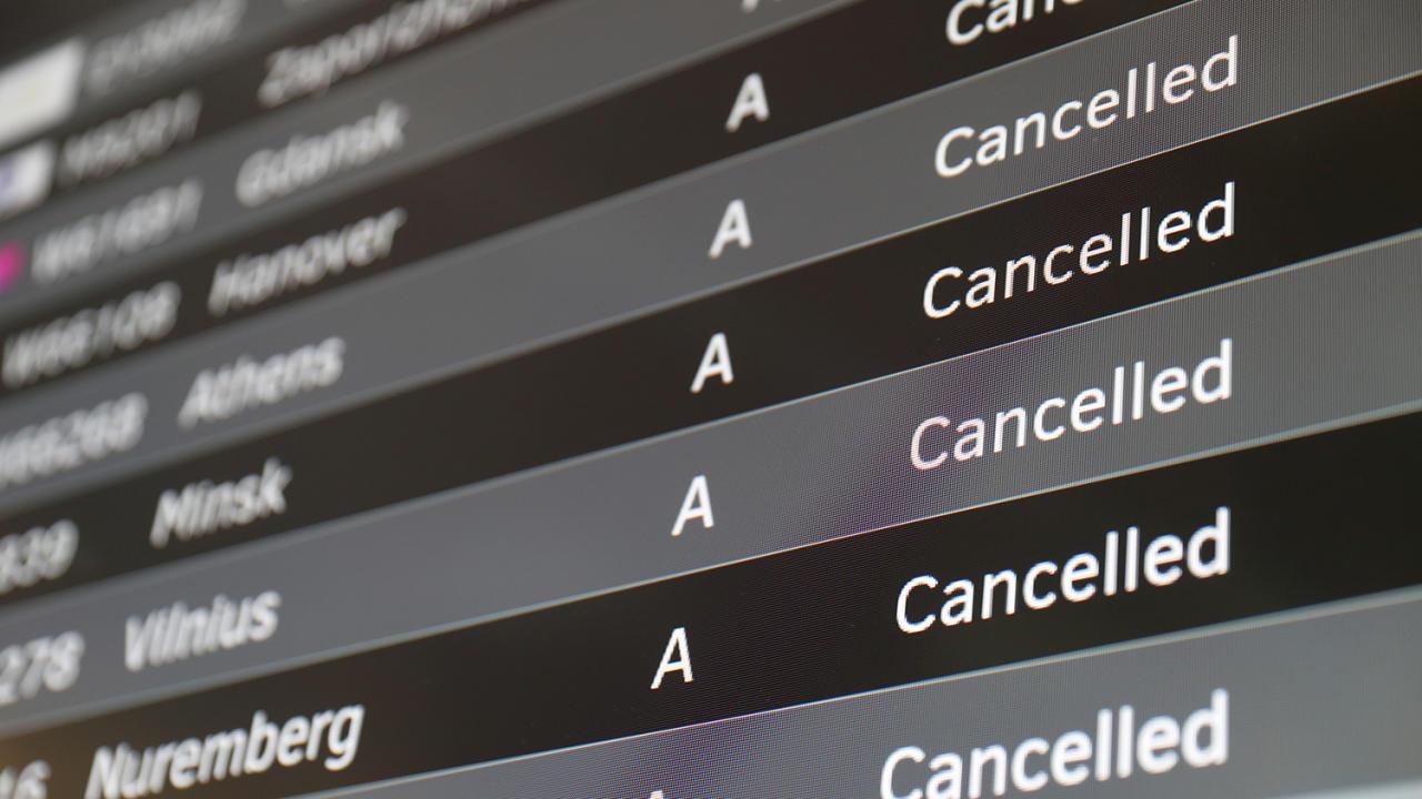 Пустые аэропорты: как коронавирус парализовал туризм в мире