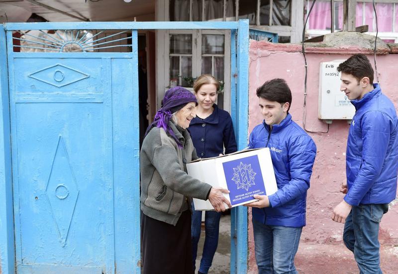 Фонд Гейдара Алиева раздал малообеспеченным семьям подарки по случаю праздника Новруз