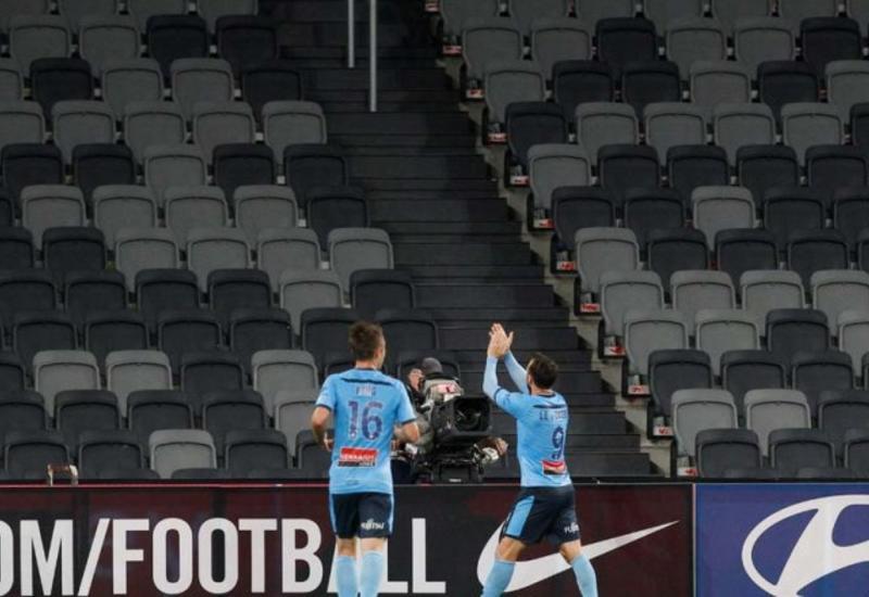 Футболист забил гол и поклонился пустым трибунам