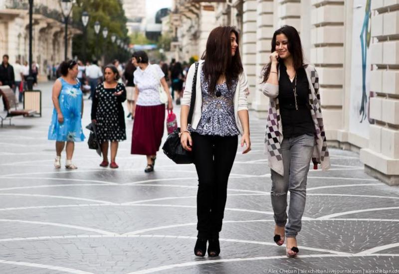 В Азербайджане запретили собираться в группы более 10 человек