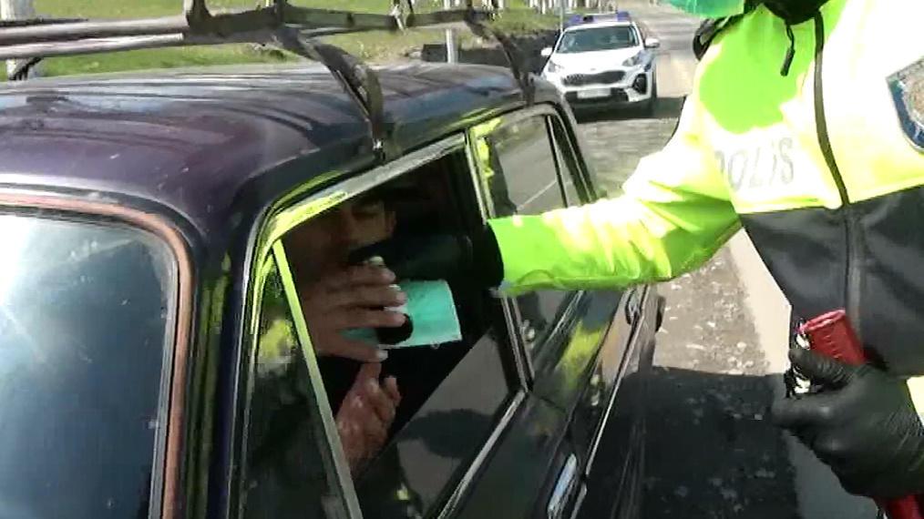 Koronovirusla mübarizə məqsədi ilə İsmayıllıda yol polisi maraqlı aksiya keçirib - FOTO