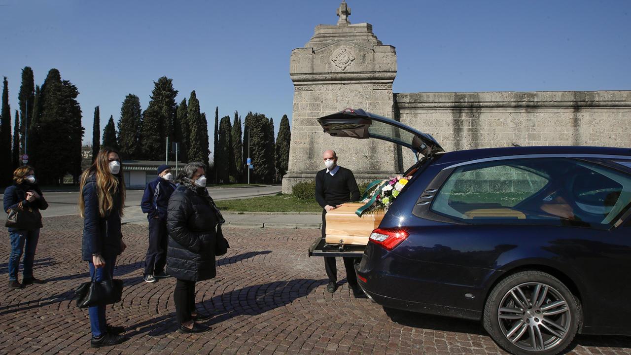 Как в Италии хоронят умерших от коронавируса