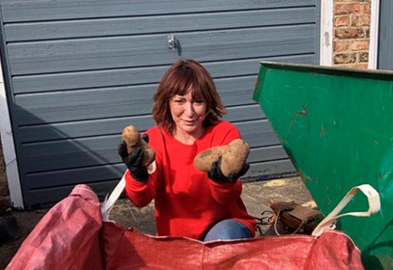 Выигравшая в лотерею фермерша бесплатно раздала самоизолировавшимся картошку