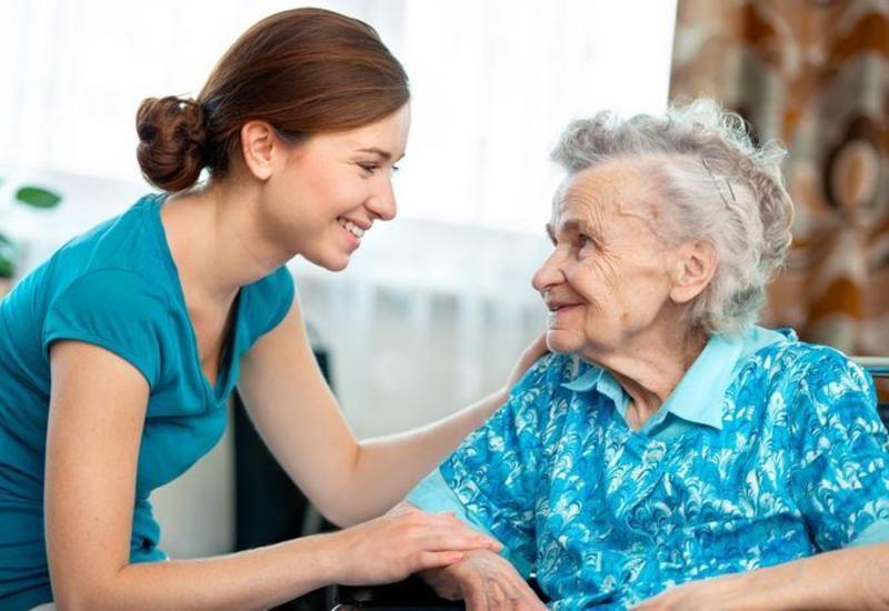 Одиноким людям старше 65 лет будут оказываться социальные бытовые услуги в их домах