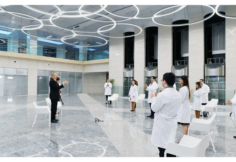 Президент Ильхам Алиев аплодирует врачам