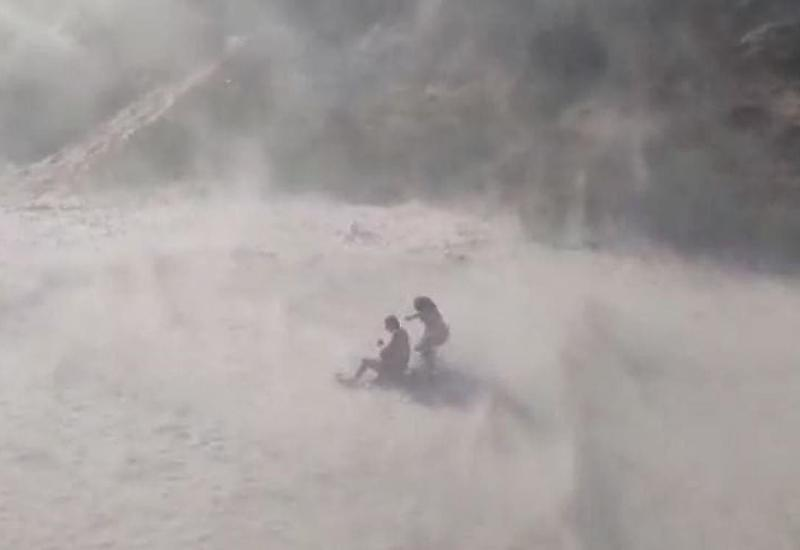 Полицейские на вертолетах создают песчаные бури, чтобы очистить пляжи от нарушителей карантина в Бразилии