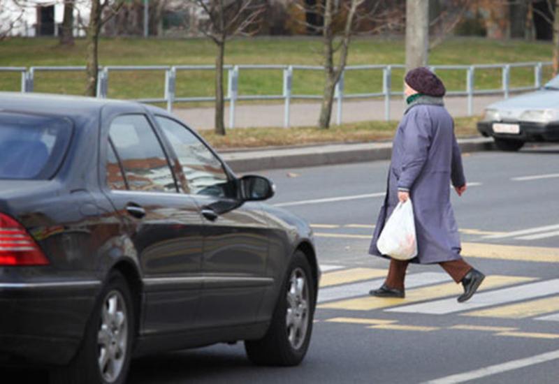 В Баку такси сбило пожилую женщину