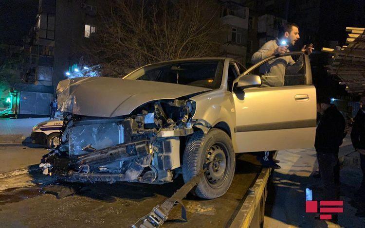 В Баку иномарка врезалась в грузовик, есть пострадавший