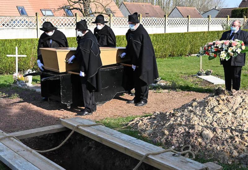 Во Франции люди умирают от коронавируса в одиночестве