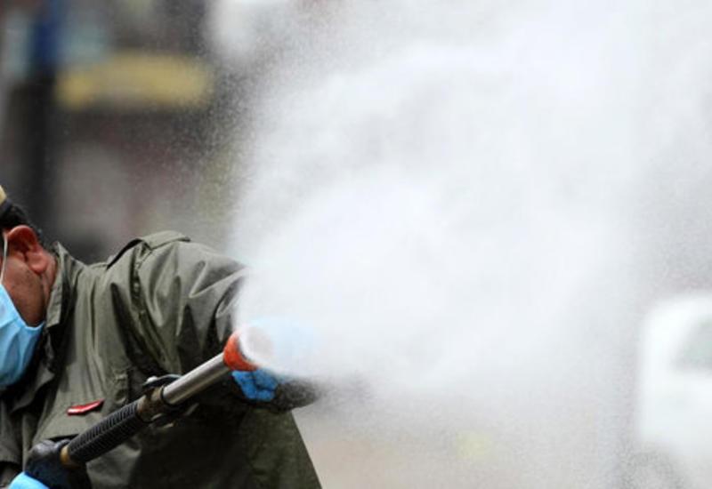 Шокирующие кадры из Индии: людей поливают химраствором для дезинфекции