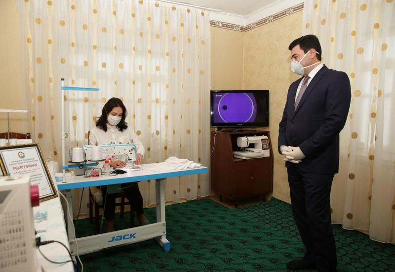 Глава ИВ Хачмазского района Эльнур Рзаев выразил поддержку деятельности портной, которая оказывает образцовые услуги в борьбе с коронавирусом
