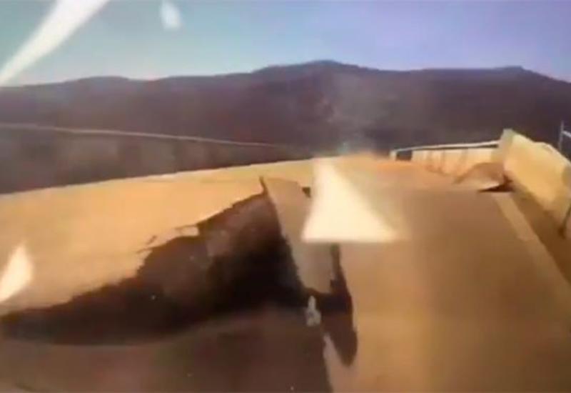 Момент обрушения моста с автомобилем попал на видео