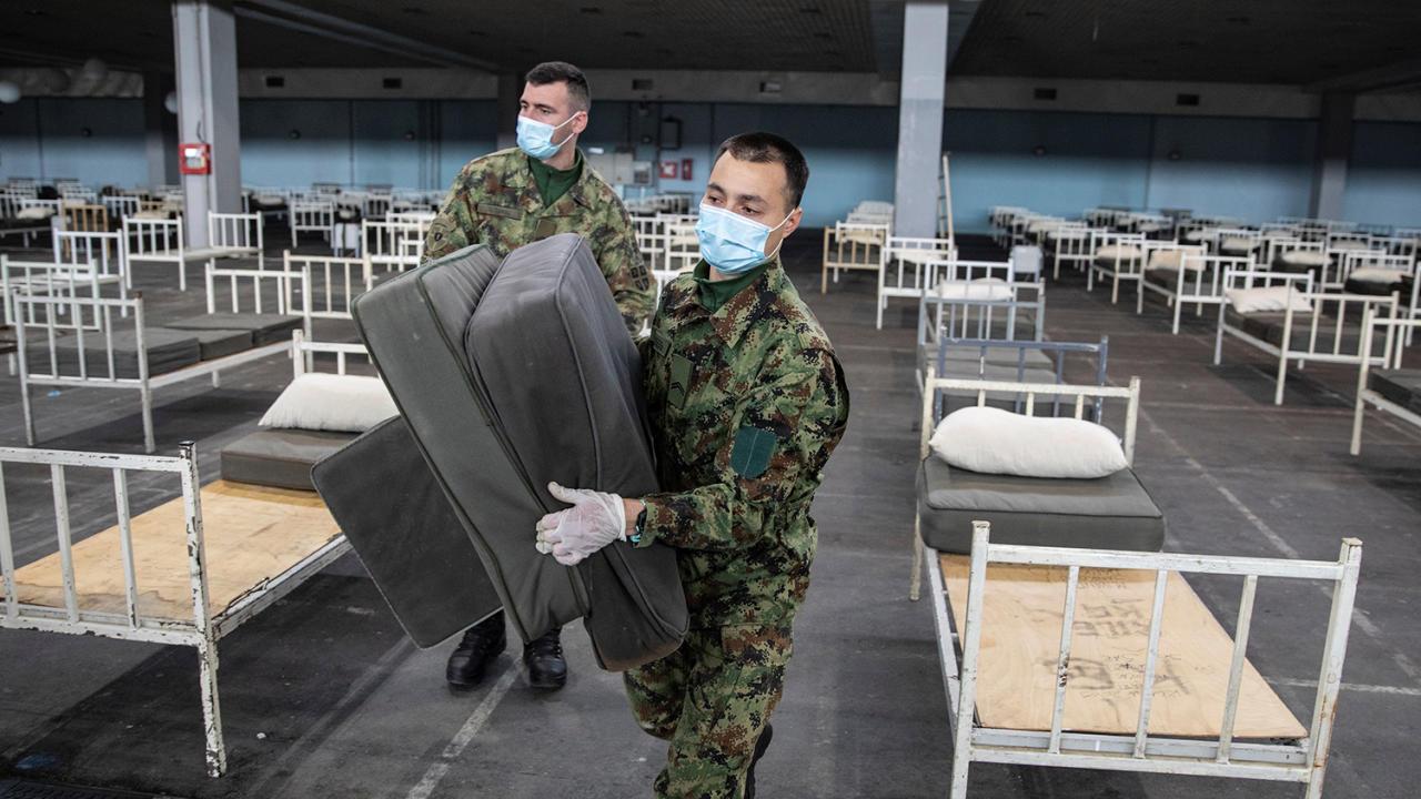 Стадионы и парки: где в мире лечат больных коронавирусом