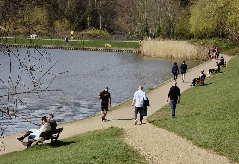 Власти Британии призвали граждан соблюдать карантин, а не загорать в парках