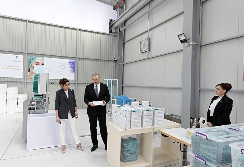 Президент Ильхам Алиев и Первая леди Мехрибан Алиева приняли участие в открытии предприятия по производству медицинских масок в Сумгайытском химическом промышленном парке