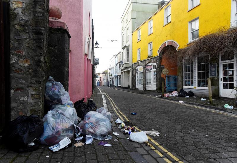 Улицы Британии из-за карантина заполонили мусор и чайки