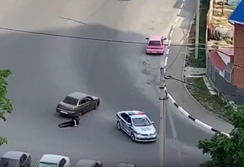 Полицейский в России погнался за нарушителем и был сбит