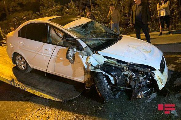 Bakıda avtomobil əvvəl ağaca, sonra işıq dirəyinə çırpıldı, ağır yaralanan var