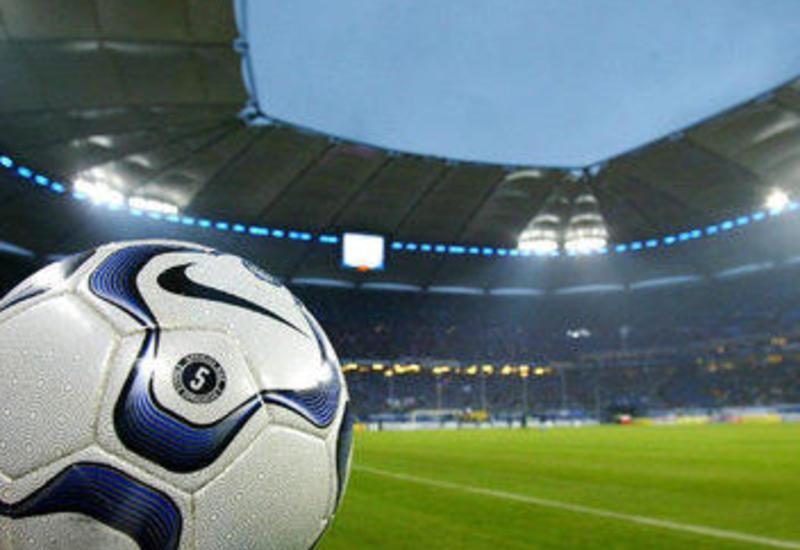 Futbolçu komanda yoldaşlarının əlini sıxdığı üçün cəzalandırıldı