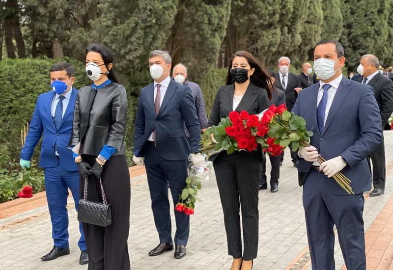 Ombudsman Səbinə Əliyeva xalqımızın Ümummilli lideri Heydər Əliyevin məzarını ziyarət edib
