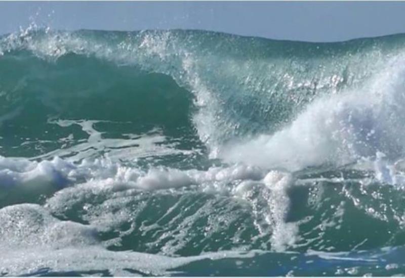 Высота волн на Каспии достигла 4,2 метра