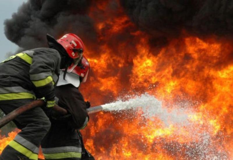 Сильный пожар в многоэтажке в Ясамале