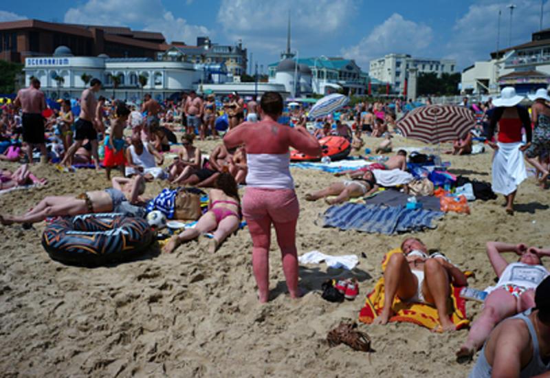 Британцы массово наплевали на карантинные правила и заполнили пляжи