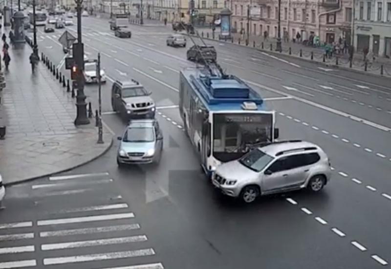 В Петербурге троллейбус снес иномарку, решившую пойти на обгон