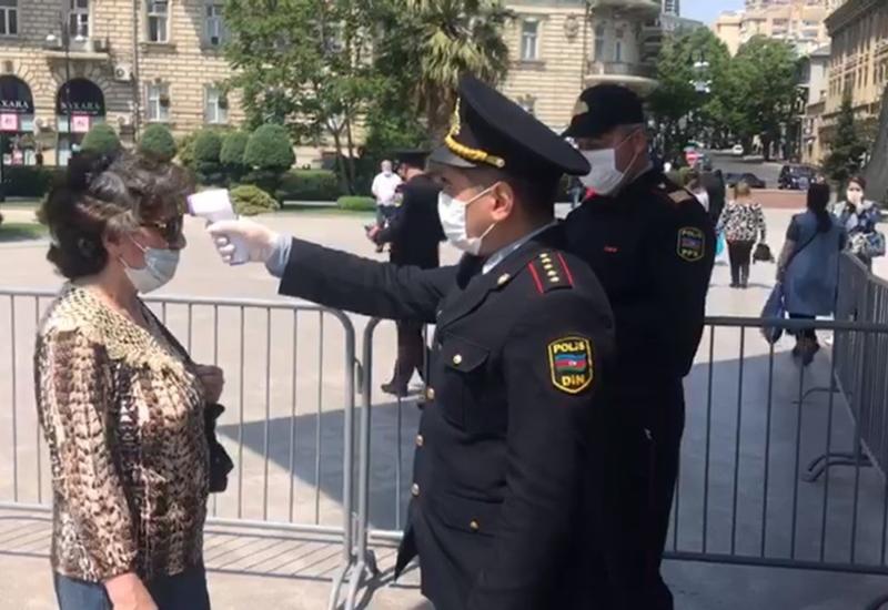 В Баку полицейские измеряют температуру граждан