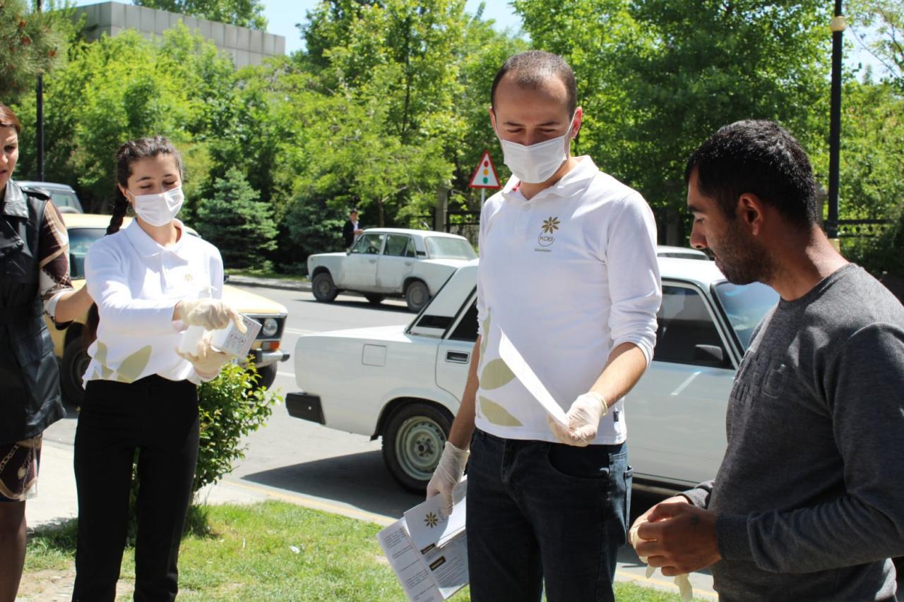 Волонтеры Агентства по развитию МСБ Азербайджана раздали предпринимателям и гражданам маски и перчатки
