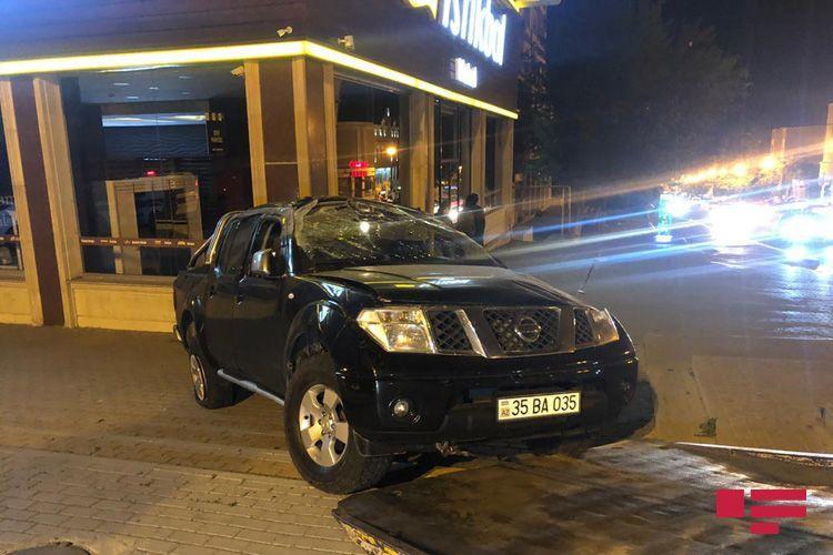 В Баку иномарка врезалась в мебельный магазин