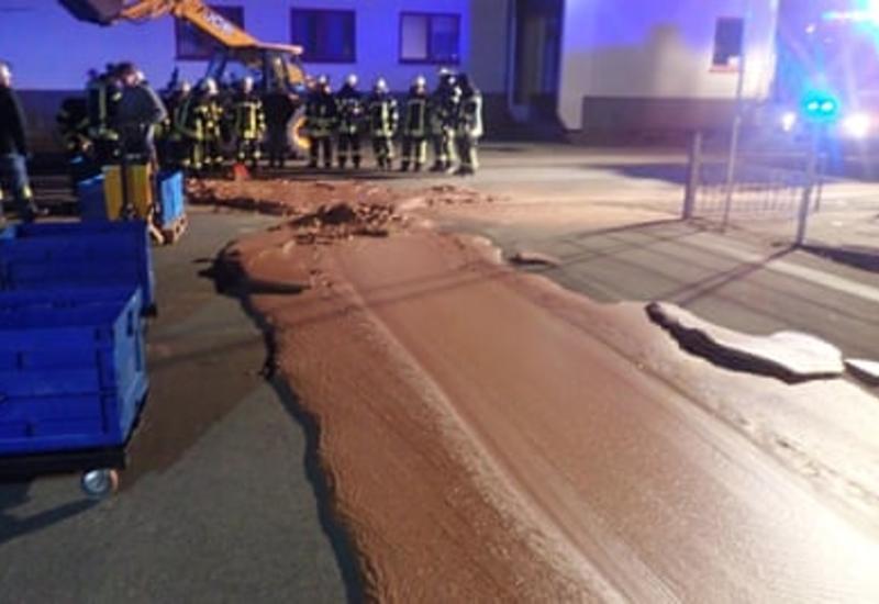 Улицу во Франции затопило тонной шоколада