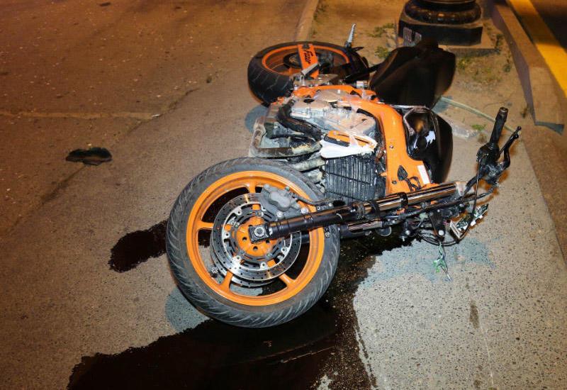 В Баку молодой курьер на мотоцикле умер в результате ДТП