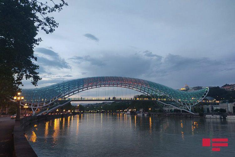 Телебашня и мост в Тбилиси окрасились в цвета азербайджанского флага