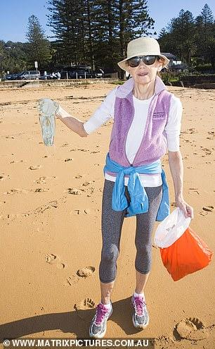 Пляжи Австралии побелели от медицинских масок
