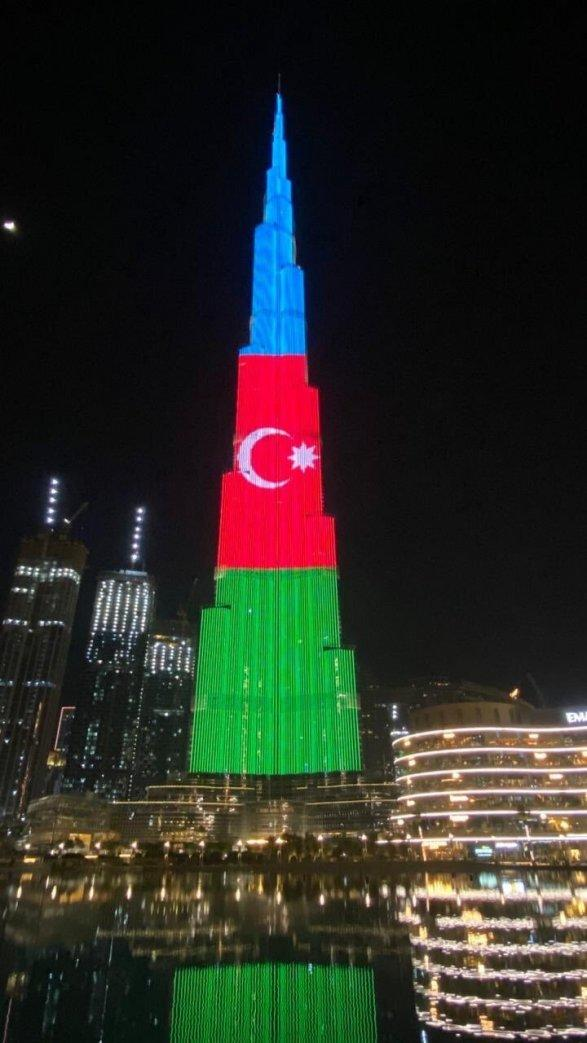 Высочайшее здание в мире окрасилось в цвета азербайджанского флага