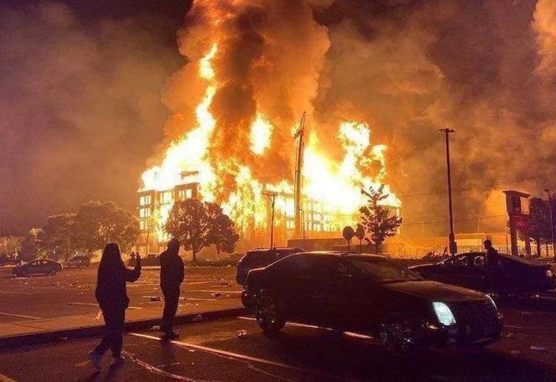 Массовые беспорядки в США: горит целый квартал, стрельба, гибнут люди