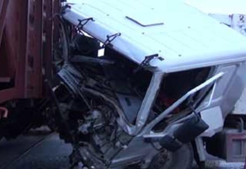 В Сумгайыте столкнулись два грузовика, есть погибшие