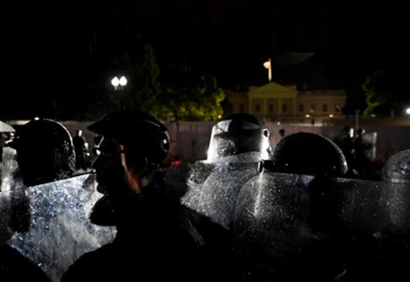 Перед Белым домом начались беспорядки