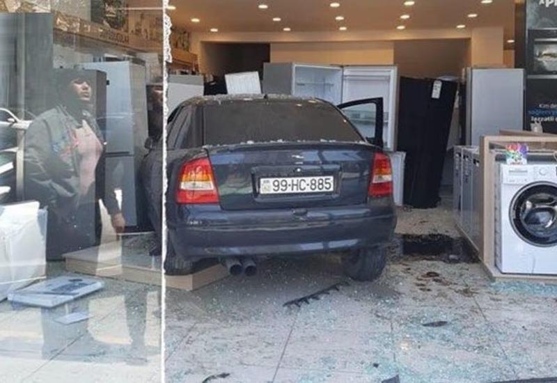 В Баку автомобиль протаранил известный магазин