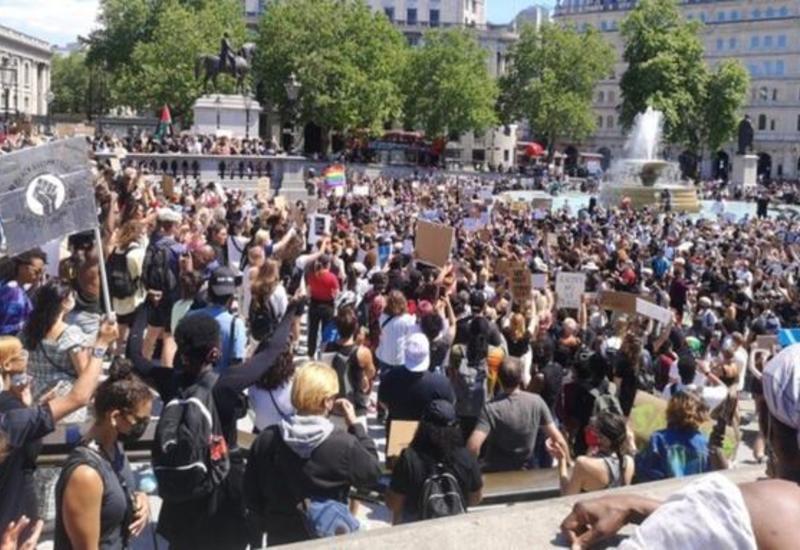 Тысячи человек в Лондоне вышли на акции протеста в связи с гибелью афроамериканца в США
