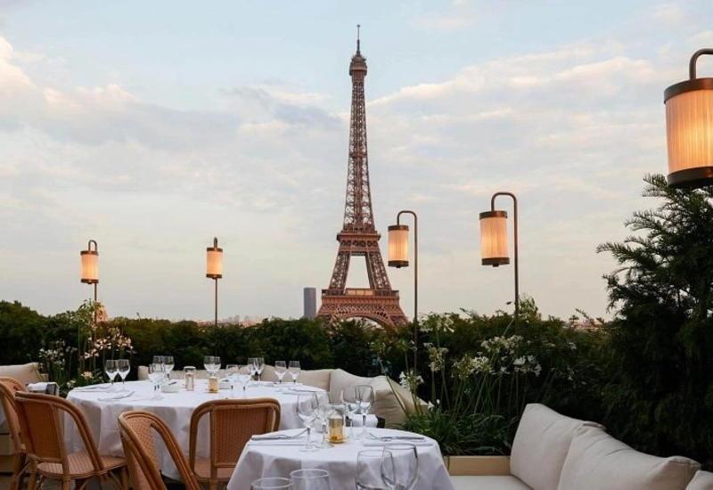 В ресторанах Парижа придумали оригинальный способ дистанцирования