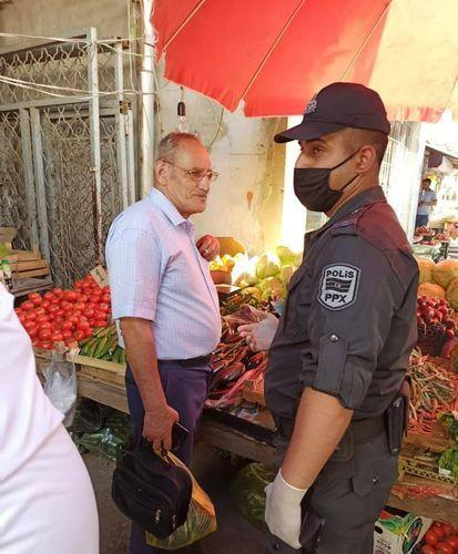 В Баку женщины-полицейские участвуют в рейдах в отношении тех, кто не носит маски