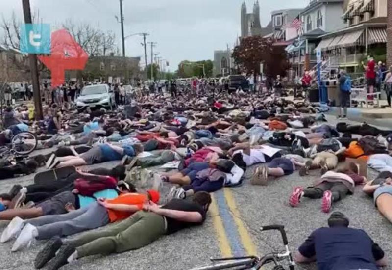 Протестующие в США легли у полицейских участков в память о Флойде