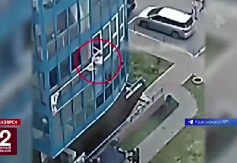 В России очевидцы спасли женщину, упавшую с большой высоты