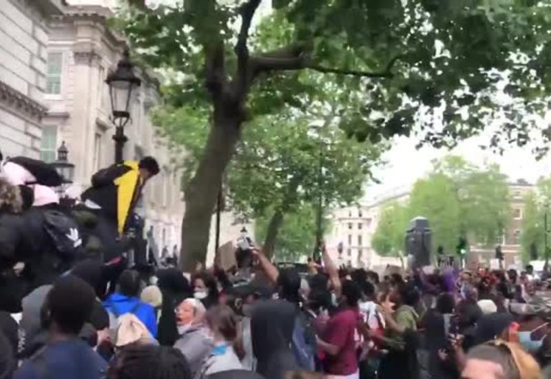 Бунт в Лондоне: осада резиденции премьер-министра и драки с полицией