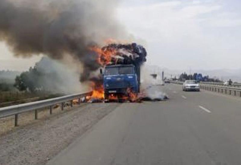 В Баку сгорел грузовик