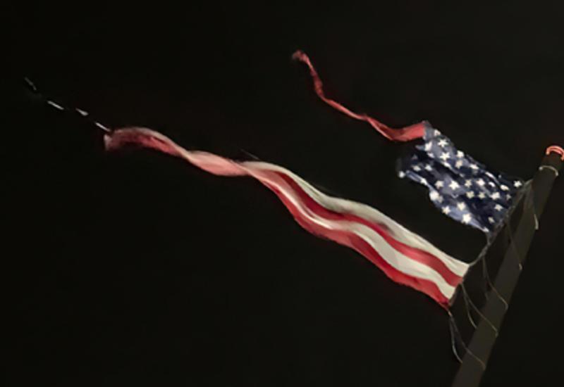 Самый большой в мире национальный флаг США разорвало ударом молнии